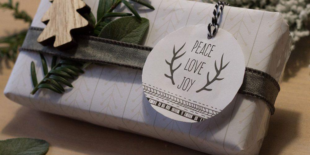 Kerst kadolabels en inpakpapier