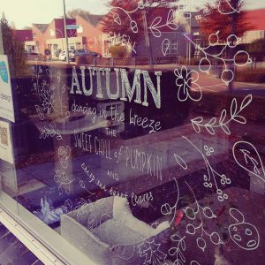 Herfst krans autumn raamdecoratie krijtstift tekening